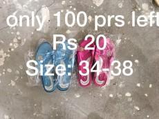 A vendre en gros par boite - Rs 20 piece. Ideal pour Marchand ambulant et magazin - Slippers on Aster Vender