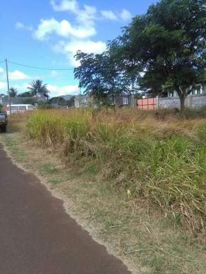 VERY URGENT SALE - 7.66 perches -  Baie du Tombeau @ Rs 950,000 only - Land on Aster Vender