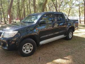 Toyota hilux 2x4 - Pickup trucks (4x4 & 4x2) on Aster Vender