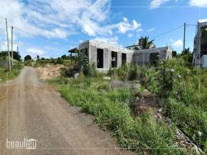 Unfinished house built on 11 perches land in Grand Gaube. - Land on Aster Vender