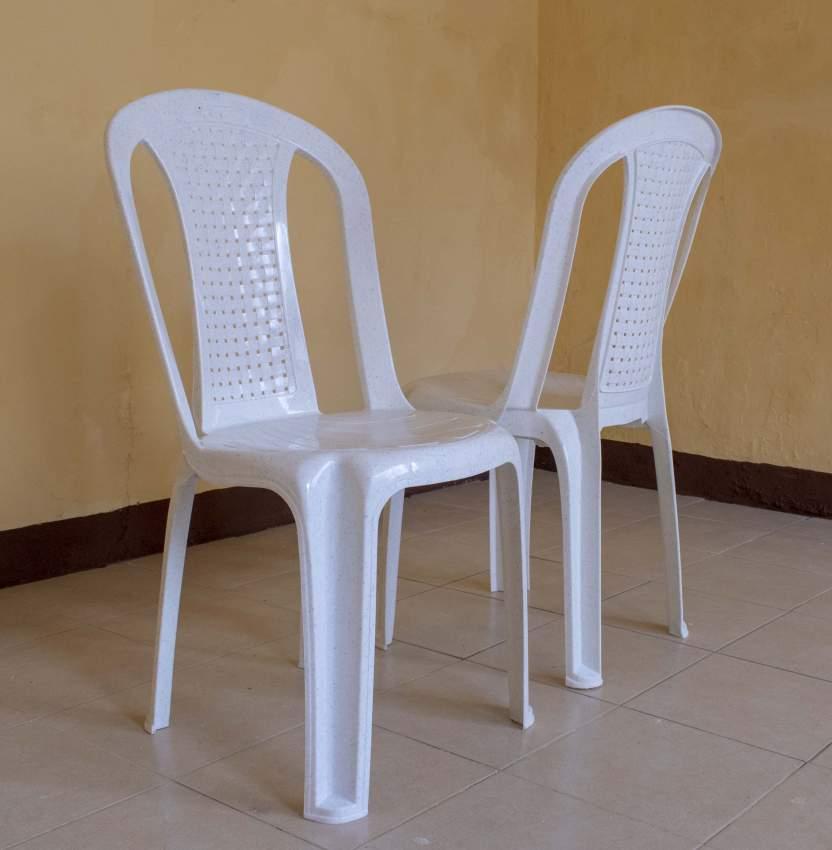Un lot de 100 chaises blanches