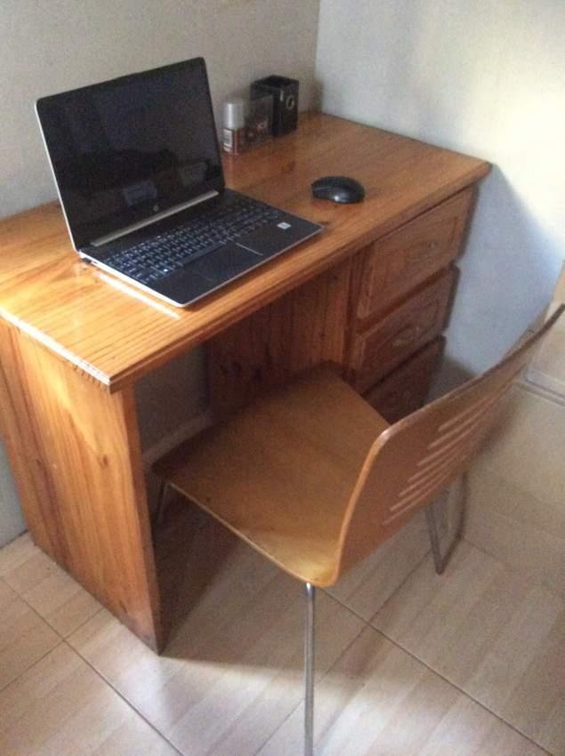 2 bureaux avec chaises