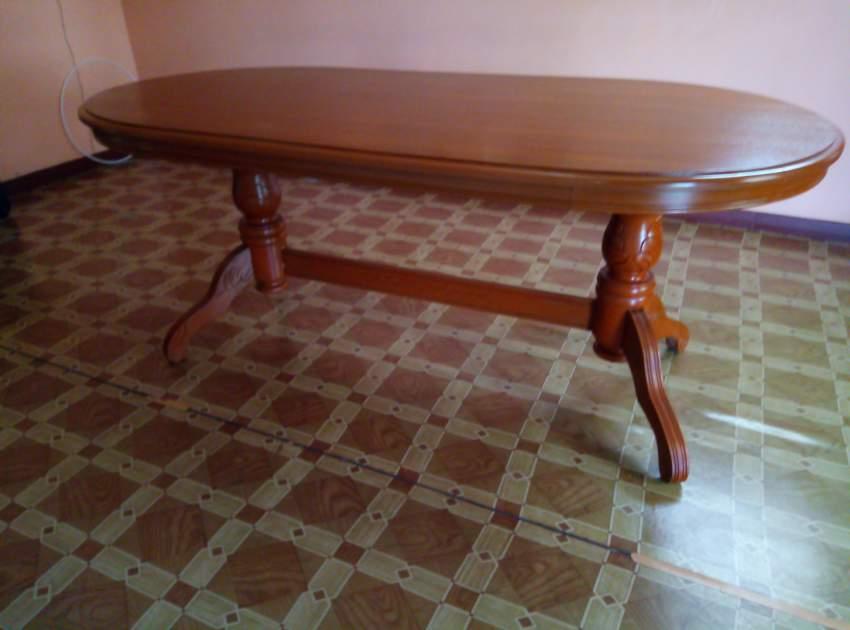 Table salle à manger et les 6 chaises