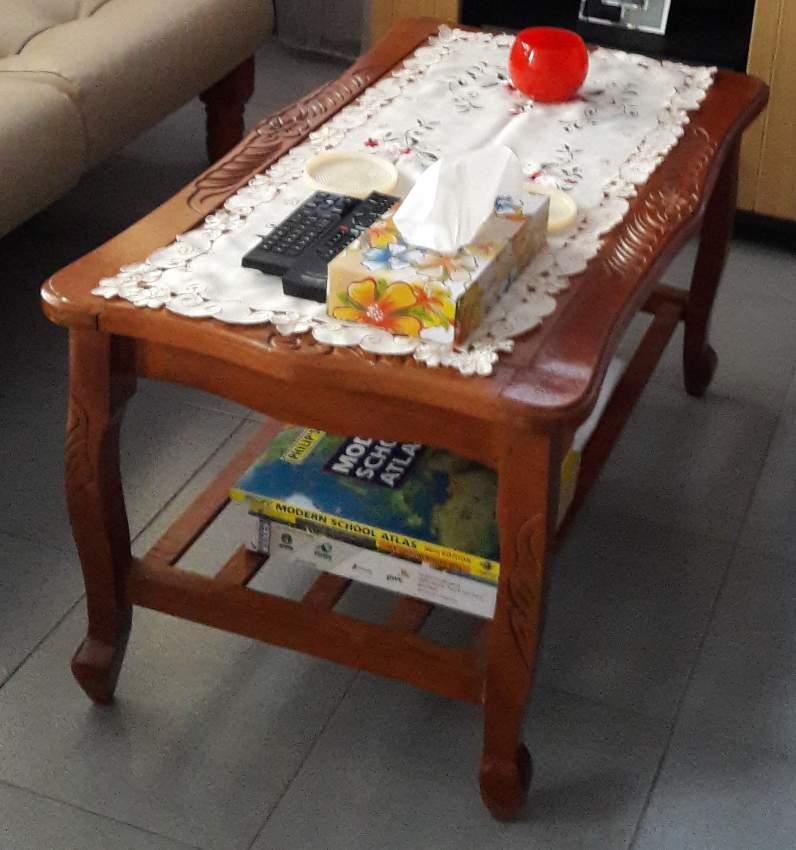 Table en bois vernis avec vitre dessus