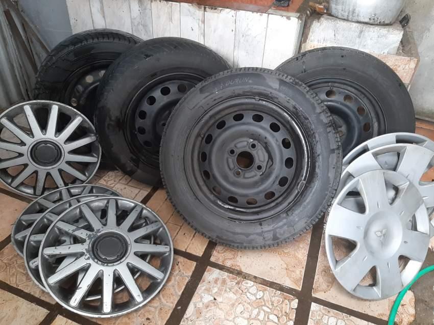 """A vendre 4 roues 14"""" (2 X 185/65/R14) (2 X 185/60/R14) + 4 enjoliveurs"""
